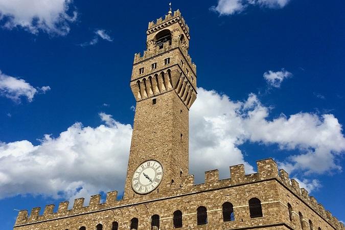 Si dice che Michelangelo abbia scolpito un volto sul muro di Palazzo Vecchio di Firenze tenendo una mano dietro la schiena.