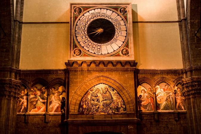 Il duomo di Firenze custodisce un orologio, dipinto da Paolo Uccello, con i numeri romani dall'1 al 24 posizionati in senso antiorario