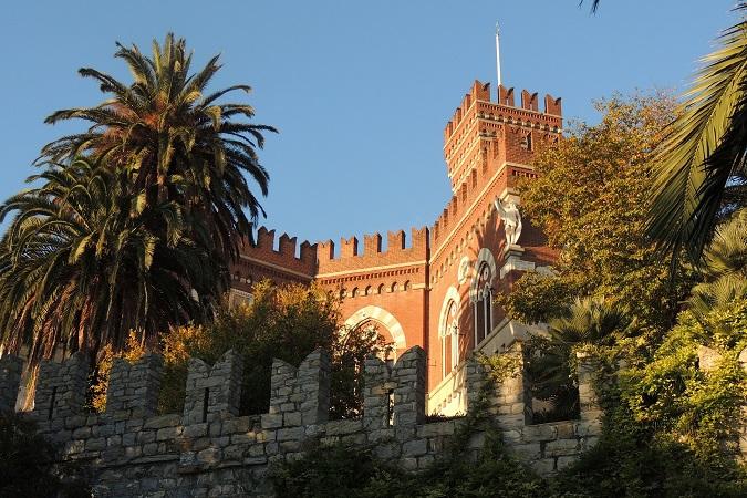 Il castello d'Albertis di Genova, con il suo Museo delle Culture del Mondo, è il luogo ideale dove andare quando l'aria di mare chiama la partenza e tu, che non sei marinaio, non hai una nave su cui salpare.