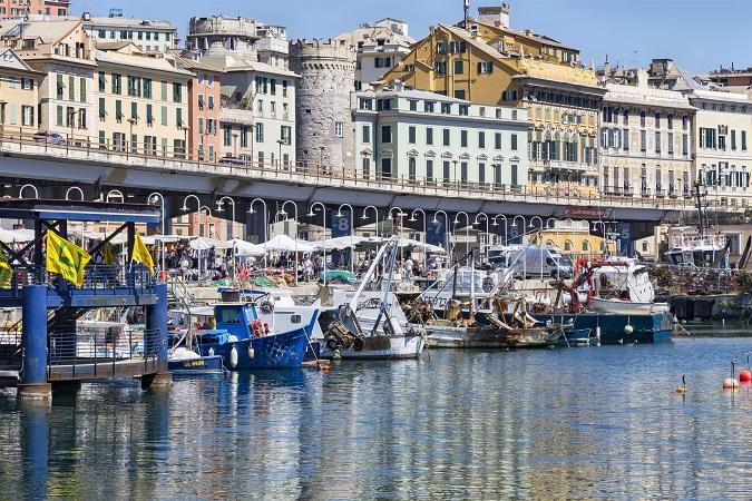 A Genova i caruggi che ti spingono sino al Porto Antico che solo gli urbanisti sanno davvero perché si chiami così.