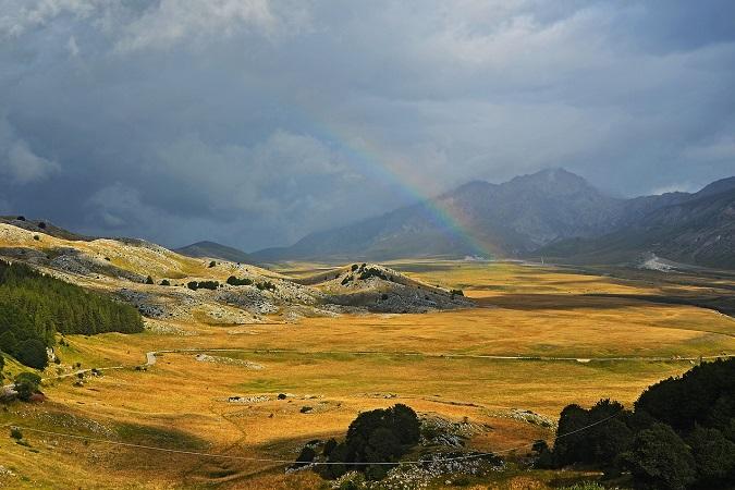 Siete mai stati nelle Highlands scozzesi? Se non avete voglia di prendere un aereo per andare fin là, potete ritrovare paesaggi molto simili in Abruzzo, a Campo Imperatore e dintorni.