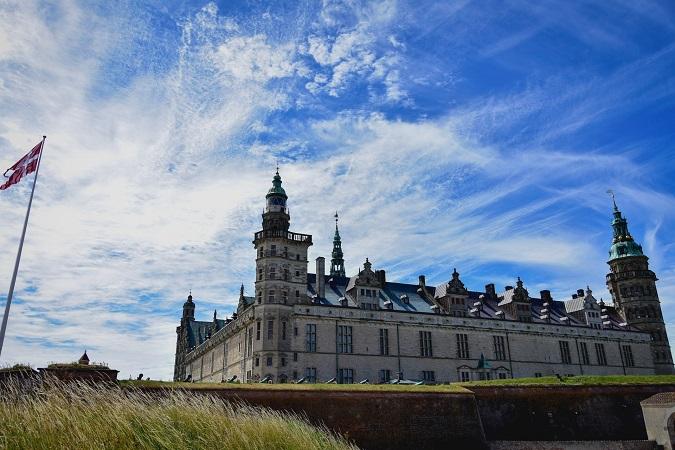 """C'è anche la realtà che deve adeguarsi alla finzione del racconto. È il caso del Kronborg Slot, meglio noto come """"castello di Amleto"""", a Helsingør in Danimarca."""