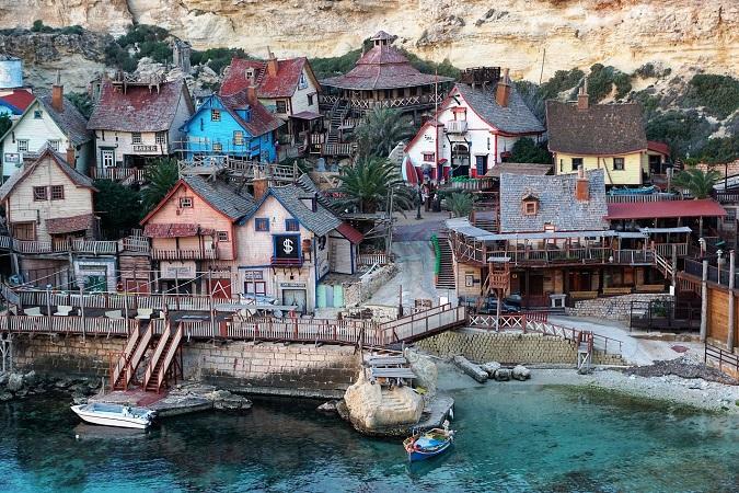 A Malta, nella baia di Anchor, un gruppo di edifici diroccati e caratteristici segnalano la presenza del villaggio di Braccio di Ferro, costruito come set per il film interpretato da Robin Williams.