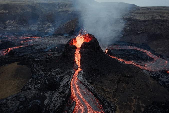 Da marzo 2021, con l'avvio dell'eruzione del vulcano in Islanda, nella penisola di Reykjanes, in molti hanno pensato fosse giunta l'occasione per spuntare dalla propria lista dei desideri di viaggio la contemplazione di un fiume di lava.