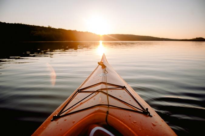 Mentre si parla di viaggi slow, local e sostenibili in molti parlano di cammini, ma c'è chi inizia a chiedersi come sarebbe un viaggio in kayak.