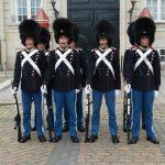 Cambio della guardia ad Amalienborg a Copenhagen
