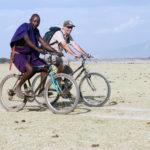 In bicicletta con la guida Masai