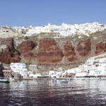 Oia e il porto di Ammoudi visti dal mare