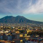 Veduta di Napoli con il Vesuvio sullo sfondo