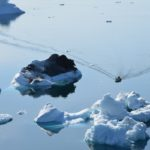 Gli icerbeg nel fiordo di Semilik e un'imbarcazione