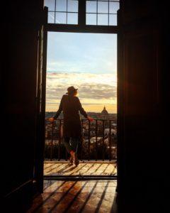 Lucia che ammira Roma