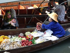 Mercato galleggiante Damnersaduak a Bangkok