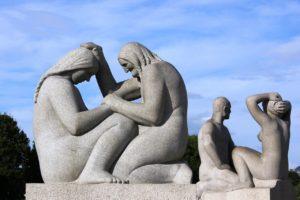 Una delle  sculture di Gustav Vigeland nel Frogner Park a Oslo