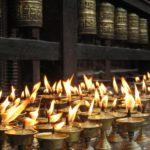 Riti buddisti: offerte votive e ruote di preghiera