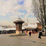 Baščaršija e la sua fontana, il fulcro della città vecchia di Sarajevo
