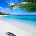 Spiaggia di sabbia bianca e mare turchese alle isole Fiji