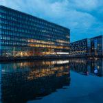 Edificio moderno sul canale
