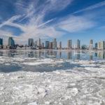 Skyline di Manhattan e il fiume Hudson ghiacciato