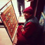 Un monaco disegna il suo mandala