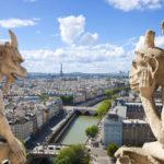"""Vista dalle torri di Notre Dame con uno dei gargoyles che compaiono nel cartone """"Il gobbo di Notre Dame"""""""