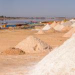 Mucchi di sale sulle rive del lago Retba