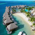 I bungalow sospesi sull'acqua del Manava Beach Resort & Spa