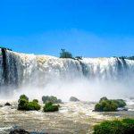 La grande massa d'acqua delle cascate di Iguazu