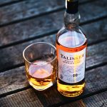 Whisky Talisker, distilleria sull'isola di Skye [Photo by Jacek Dylag on Unsplash]
