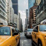 Via di New York affollata di taxi