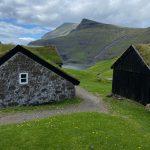 Tipiche case con il tetto di torba [Photo by Freysteinn G. Jonsson on Unsplash]